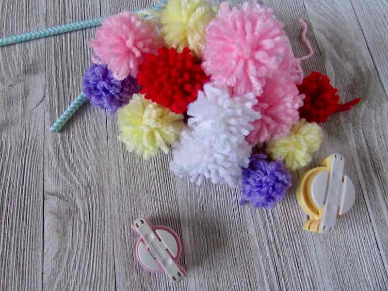 The Absolute Best Way to Make Pom Poms by https://www.itchinforsomestitchin.com