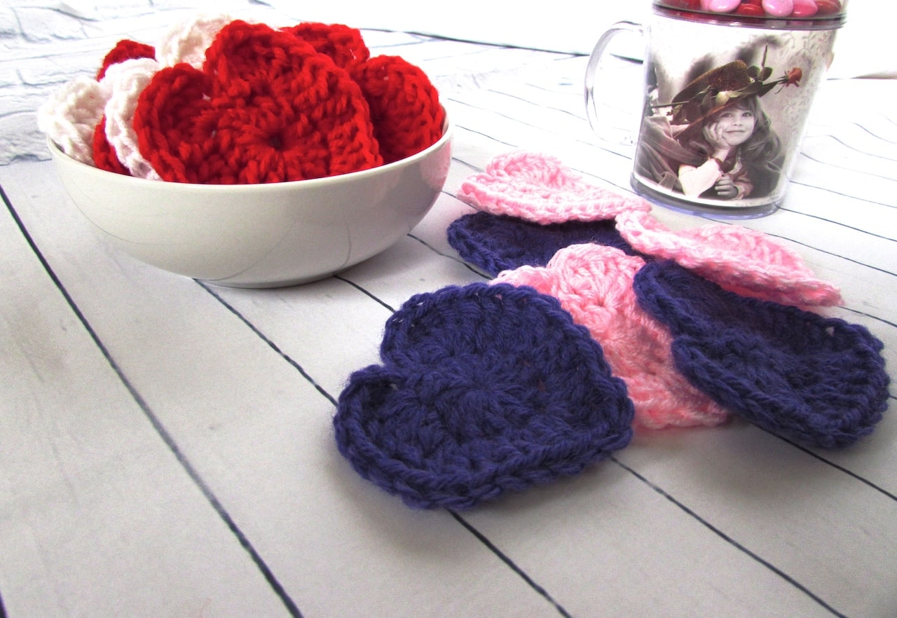 How to Crochet a Heart by itchinforsomestitchin.com