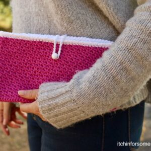 Crochet Seed Stitch Clutch Purse Pattern by itchinforsomestitchin.com