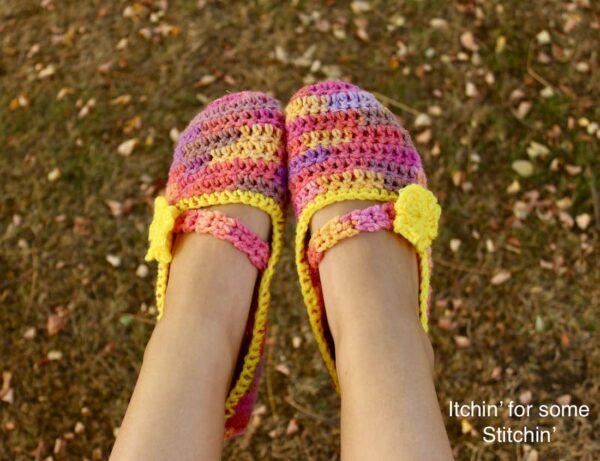 Easy Beginner Crochet Slipper Pattern by www.itchinforsomestitchin.com