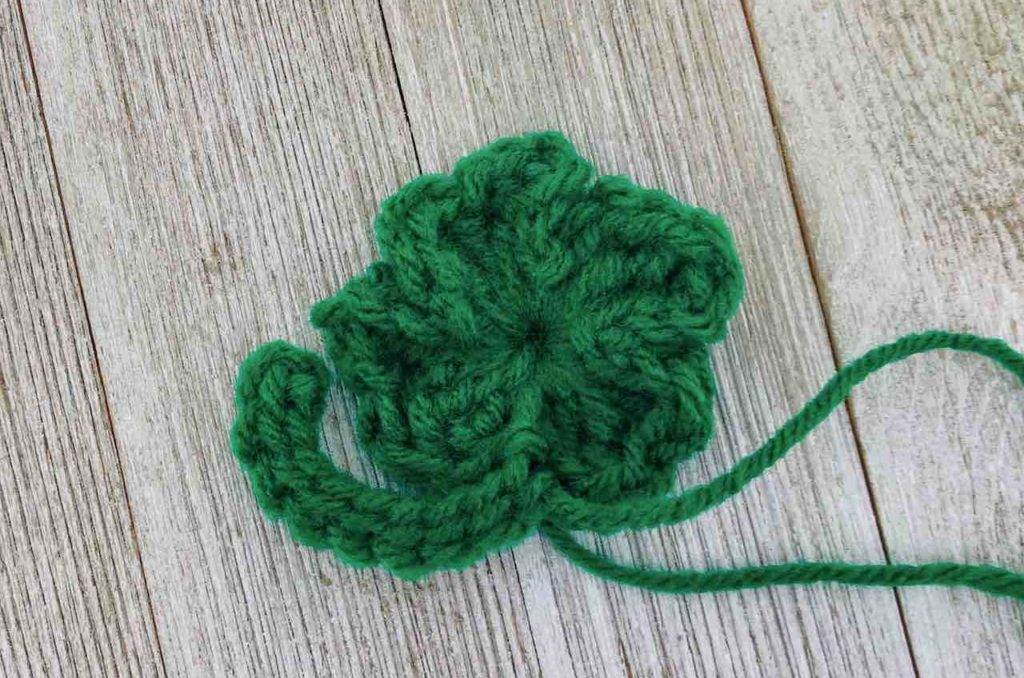 How to crochet a four-leaf clover by www.itchinforsomestitchin.com