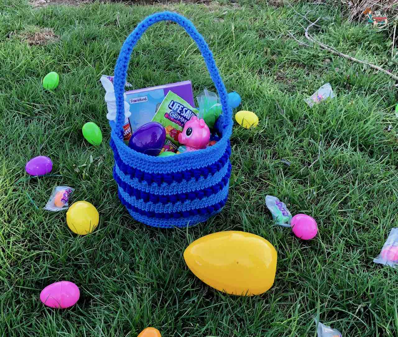 Crochet Easter Basket by itchinforsomestitchin.com