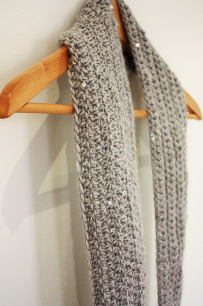 easy crochet scarf for beginners by itchinforsomestitchin.com